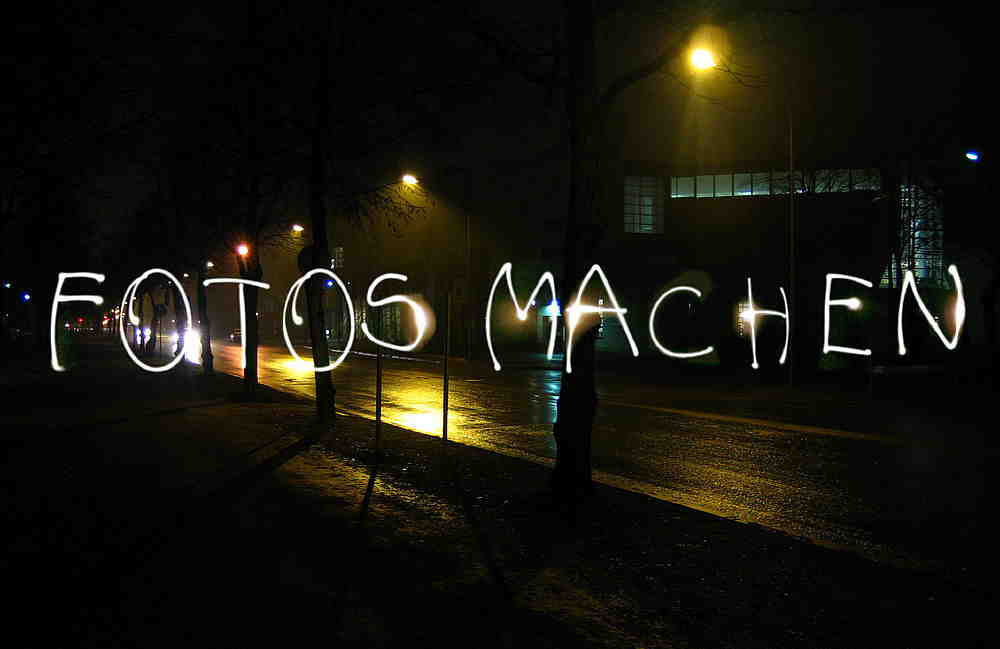 """Schriftzug """"Fotos Machen"""" auf einem langzeitbelichteten Foto"""