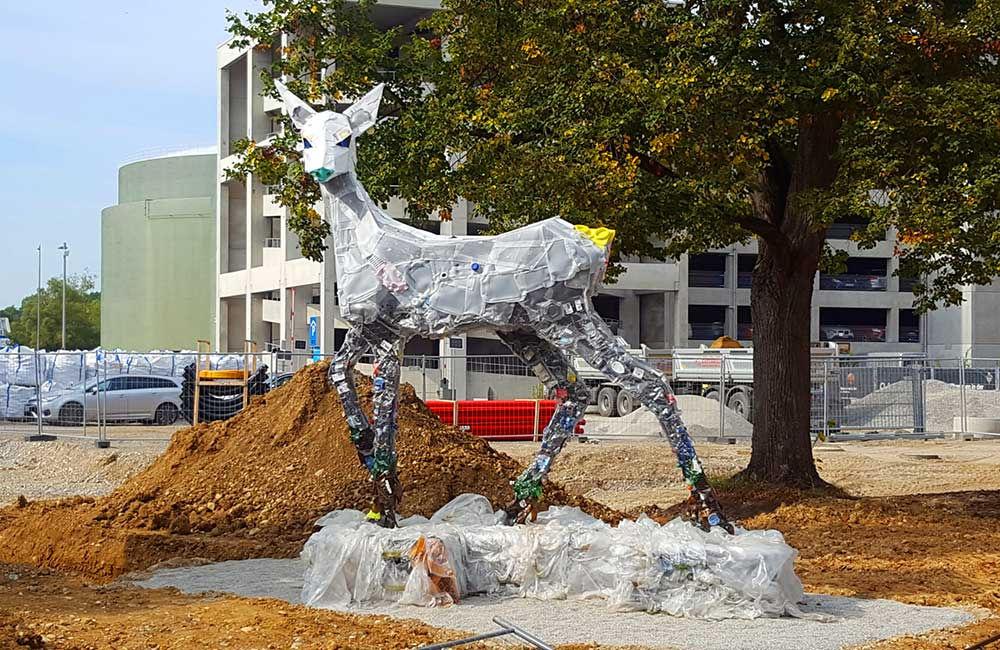 Foto der aus Müll entstandenen Rehskulptur