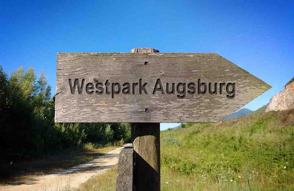 Wegweiser aus Holz zum Westpark Augsburg