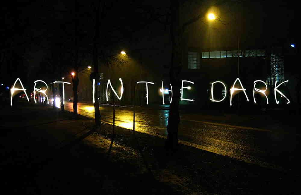 Text Ar in the Dark als Schriftzg im Dunkeln