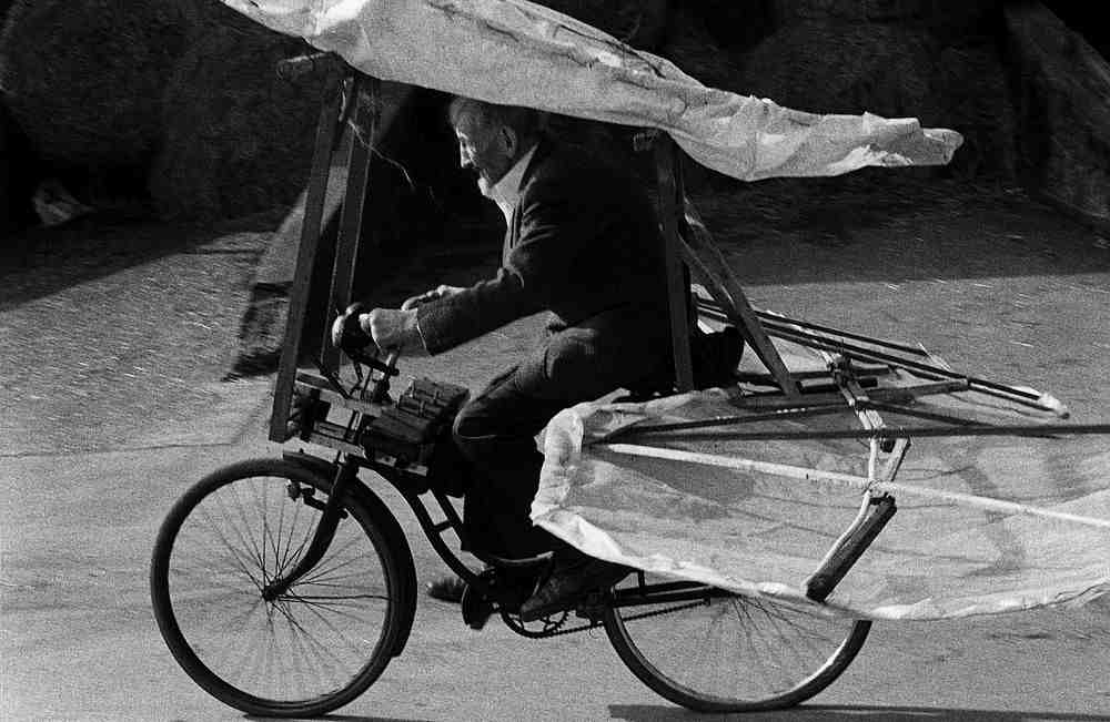 Gustav Mesmer auf einem seiner Flugräder