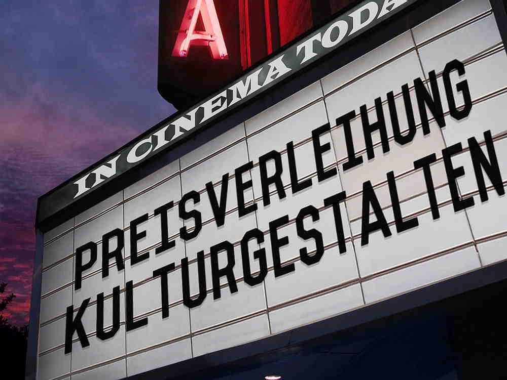 Reklame an einem Kino zur Preisverleihung des Nachhaltigkeitspreises
