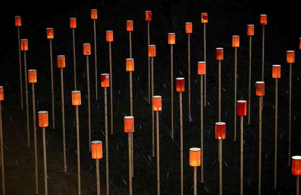 Kunstinstallation Leuchtenfeld bestehend aus 144 Stellen und aus Schwimmwesten genähten Lampen